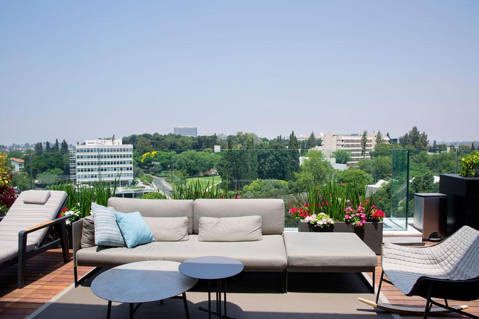 """""""היתרון העצום של הדירה הזאת, מלבד הנוף, הוא הפרטיות. למרות שאנחנו במרכז העיר, אנחנו לא מוקפים דירות וגם לא יבנו בעתיד בניין מולנו"""" (צילום: ענבל מרמרי)"""