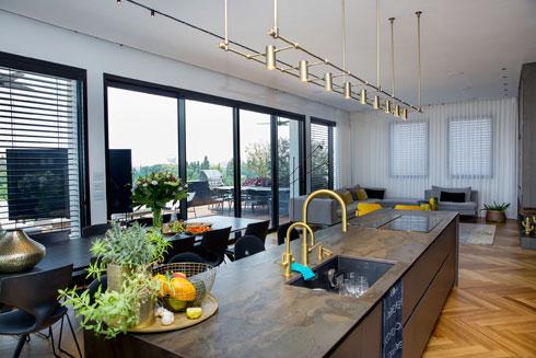 """""""כל הרהיטים בדירה עוצבו במיוחד עבור החללים"""" (צילום: ענבל מרמרי)"""