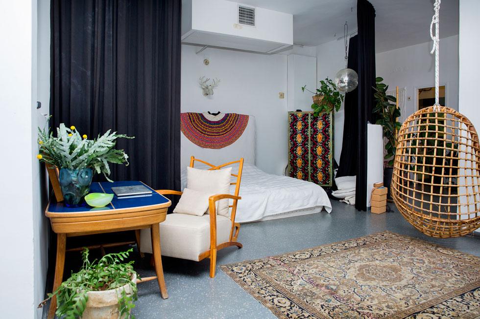 """""""הבנתי שאני יכולה להגדיר חלל ואזורים בבית באמצעות רהיטים בלבד"""" (צילום: ענבל מרמרי)"""