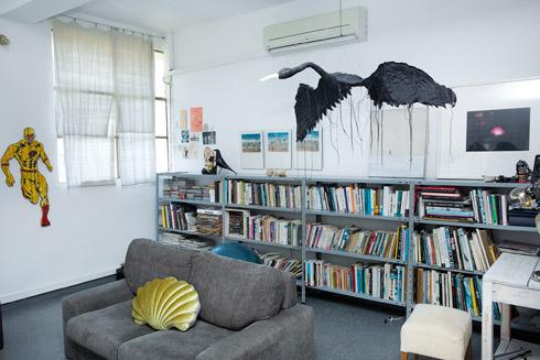 עבודות אמנות של חבריה של שנברגר פזורות בדירה (צילום: ענבל מרמרי)