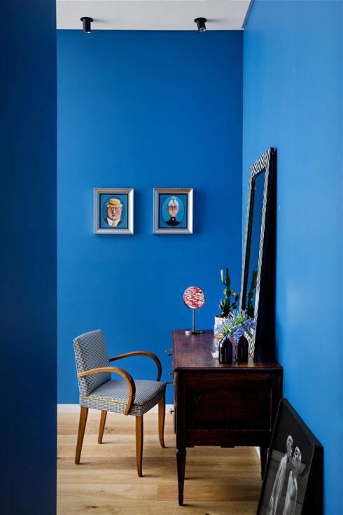 פינת האיפור היא שילוב בין שולחן עבודה עתיק וכיסא וינטג', שניהם משוק הפשפשים. אל הקיר נשען צילום של אסף הינדן (צילום: שירן כרמל)