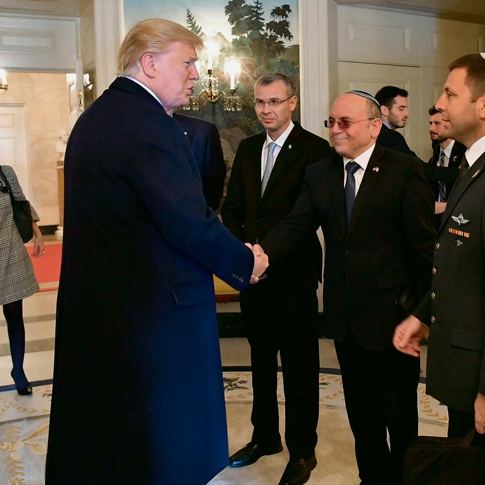 """לוחץ יד לנשיא טראמפ. """"כולם רבים על אותה המשבצת ולפעמים יש קנאה"""""""
