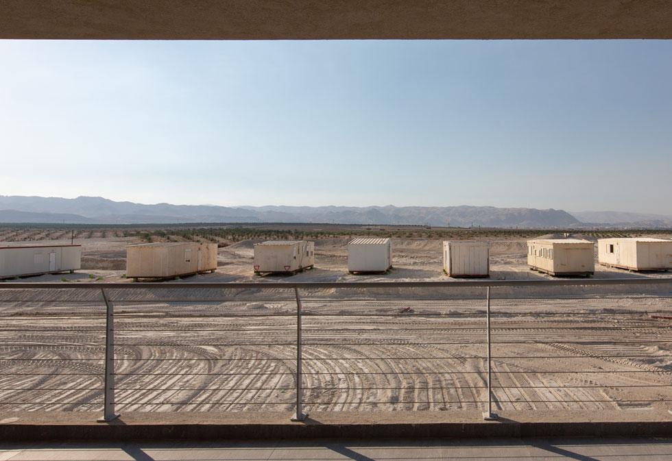 את הנוף הפתוח הטבעי מקלקלת עכשיו שורה של קראוונים חדשים, המבשרים על שכונה חדשה נוספת (צילום: דור נבו)