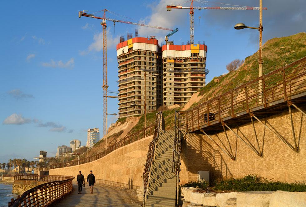 כולם יודעים שהמצוקים מעל חוף הים התיכון מתפוררים. האם זה עוצר את המגדלים עליו? הנה התשובה בפרויקט ''שער הים'' בנתניה (צילום: יונתן בלום)