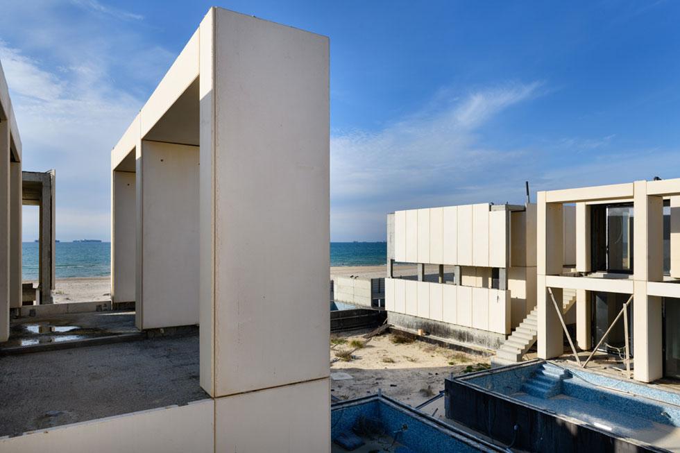 אתר הבנייה של מלון ''סן טרופה''. כבר שלושה עשורים, שהסיפור הזה מלווה את חוף אשדוד (צילום: יונתן בלום)