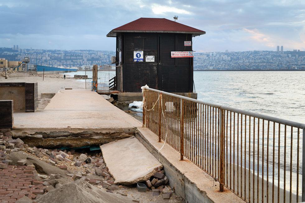 שחיקת החוף ליד שובר הגלים בחיפה. התופעה היא כלל ארצית, אבל הקמת הנמל החדש בעיר מחריפה אותה (צילום: יונתן בלום)