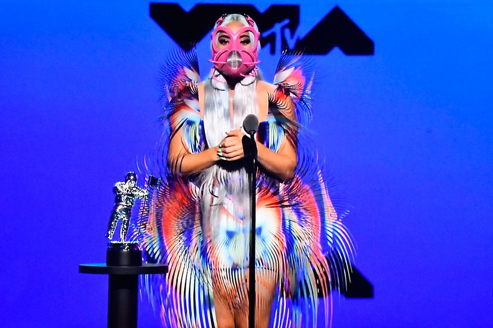 """""""חבשתי מסכות פנים הרבה לפני שזה היה עניין"""". ליידי גאגא בטקס פרסי VMA (צילום: Frazer Harrison/GettyimagesIL)"""