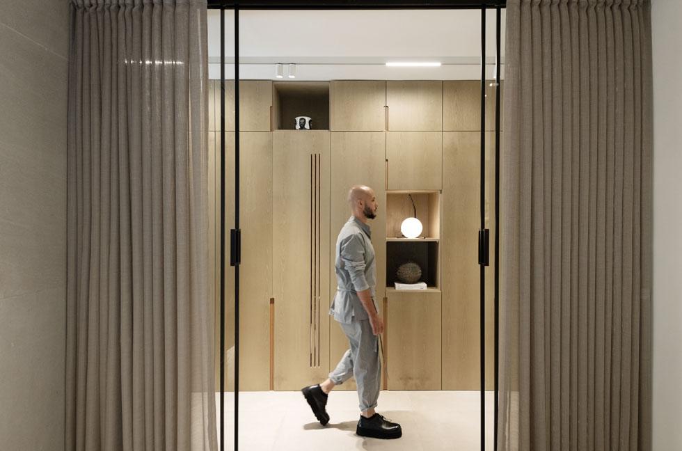 מבט מתוך חדר השינה. כאשר דלתות ההזזה השקופות פתוחות, יש גישה נוחה לארון הבגדים. כאשר הווילונות מוסטים, נוצר קן אינטימי סביב מיטה (צילום: גדעון לוין)