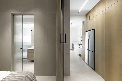דלתות הזזה מזכוכית מפרידות בין המסדרון לחדר השינה (צילום: גדעון לוין)