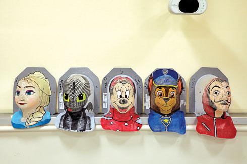 מסכות שצוירו על ידי קגן־פרגר (צילום: דנה קופל)
