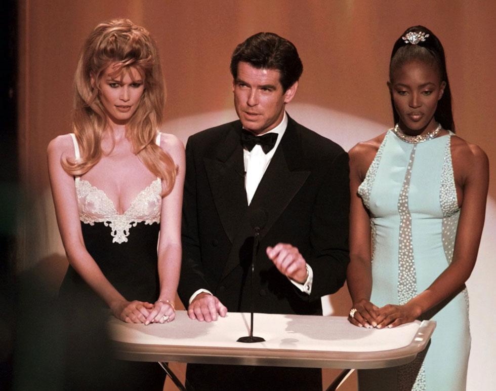 לצד פירס ברוסנן ונעמי קמפבל בטקס האוסקר בשנת 1996 (צילום: AP)