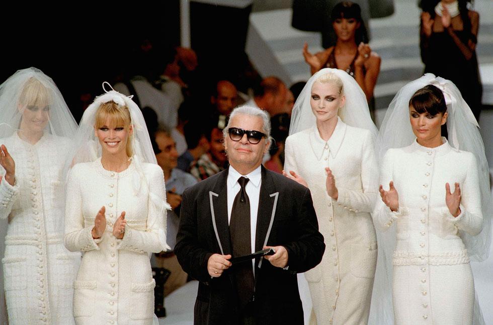 """""""כשקלאודיה שיפר הופיעה בעולם האופנה, זה הרגיש כאילו השמש יצאה החוצה"""". עם קרל לגרפלד ב-1995 (צילום: AP)"""