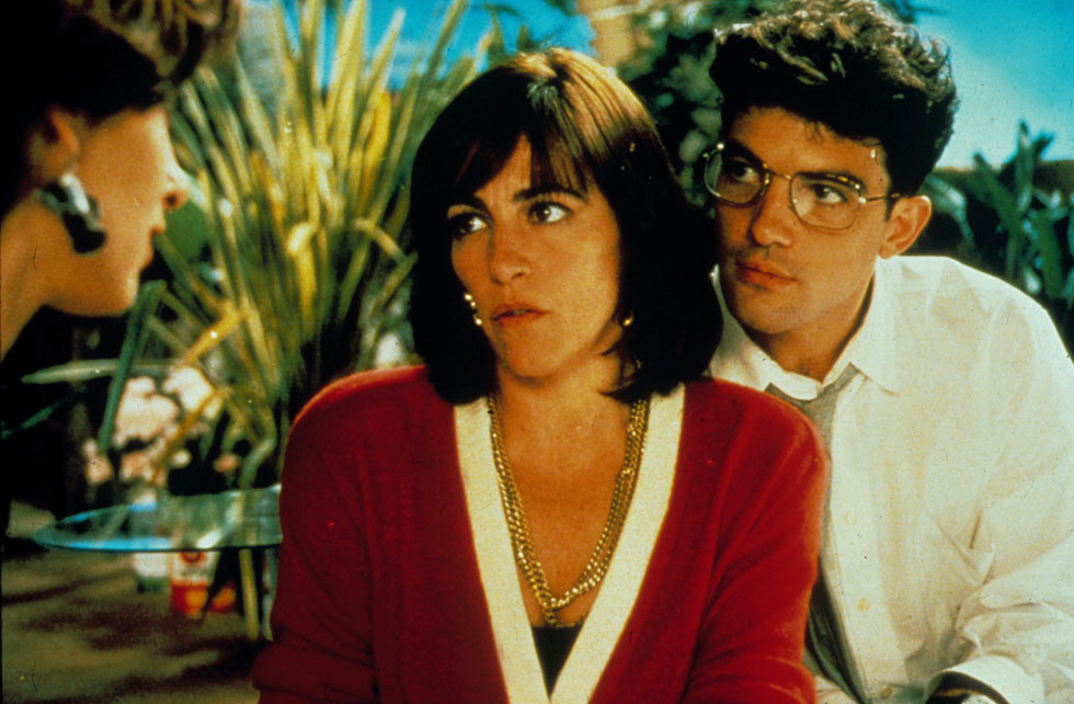 """כריזמה בכמויות, עיניים שמעבירות עוצמה של רגשות ומבטא ספרדי שהופך כל רפליקה שחוקה לדרמה מטורפת. עם אנטוניו בנדרס ב""""נשים על סף התמוטטות עצבים"""", 1988 (צילום: rex/asap creative)"""