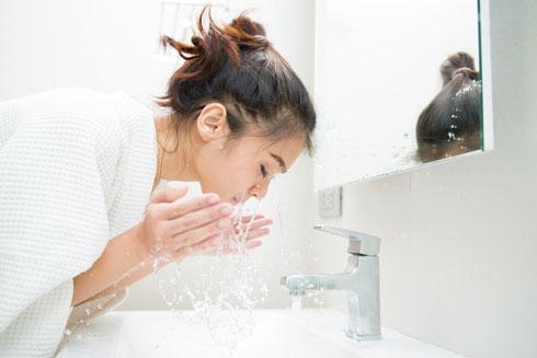 לשטוף היטב את הפנים במים וסבון, אך לא להגזים (צילום: Shutterstock)