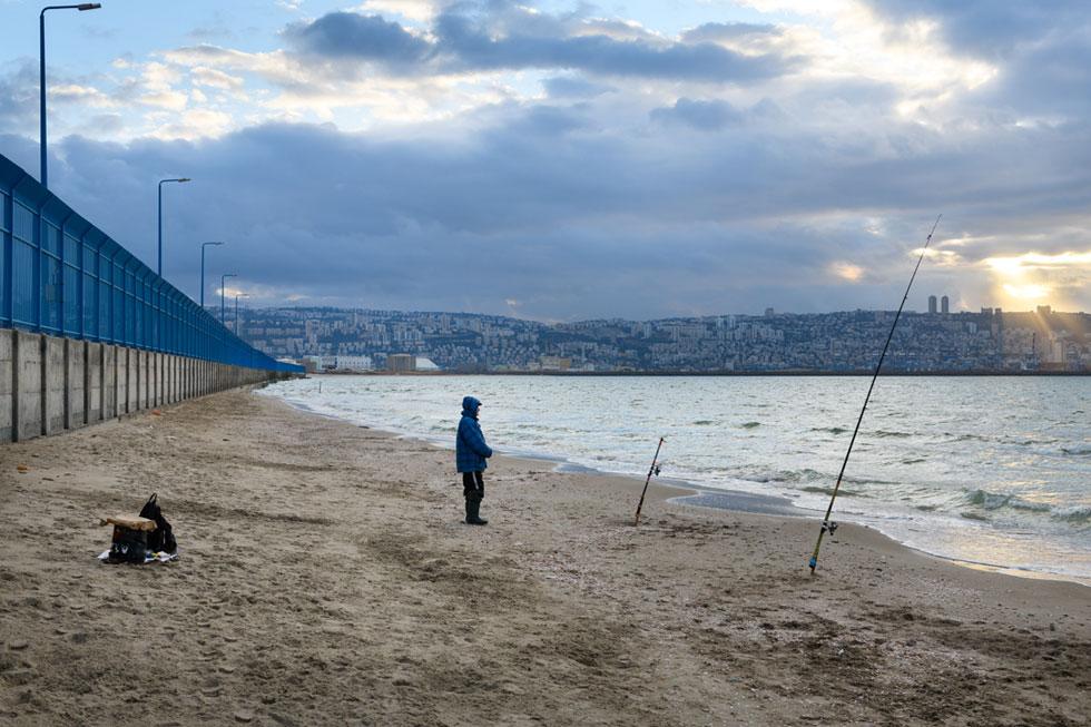 החול, שנראה כמו משאב נצחי, אינו כזה. בחיפה, למשל, הוא מתמעט והולך. חוף קרית חיים היה רציף, והיום הוא מקטעים מקטעים (צילום: יונתן בלום)