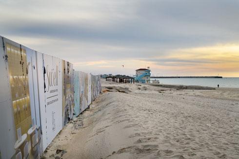 היזמים כבר מבקשים להגביה את הבניינים ולהוסיף חדרים. אתר הבנייה של ''הילטון'' בחוף אשדוד, ממש על המים (צילום: יונתן בלום)