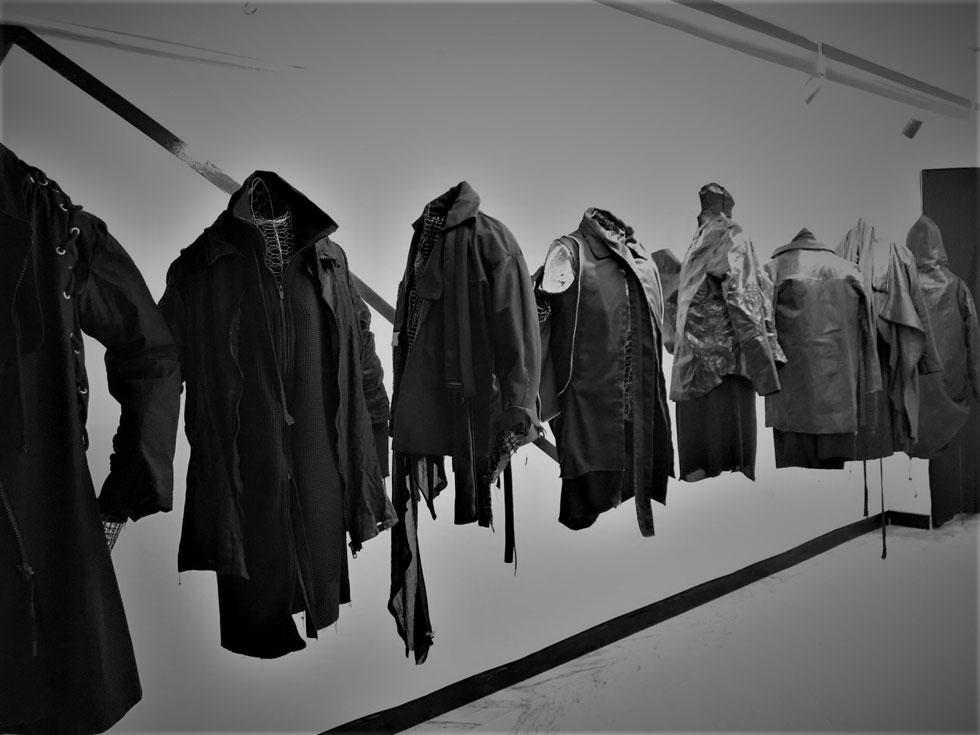 """""""אני פורק דברים בבגדים, אז לא הייתי רוצה שאנשים ילבשו את ה'סיפור' האישי שלי – אבל בסופו של דבר אני רוצה למכור"""" (צילום: דור פלוס)"""