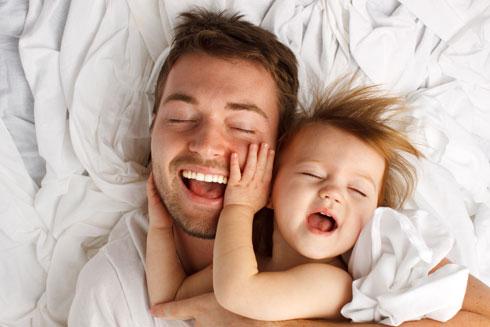 כעבור שבוע מהלידה, ההורמון מופרש אצל האבות ומסייע בבניית הקשר עם הרך הנולד (צילום: Shutterstock)
