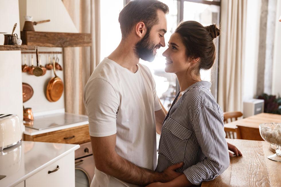 חיבוק ממושך בין אנשים מגביר את הפרשת האוקסיטוצין (צילום: Shutterstock)