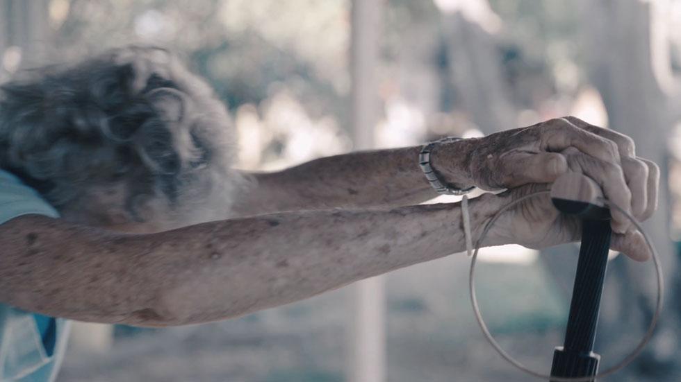 ''נוע'', של יעל סאלם, בוגרת שנקר. ידית עץ טבעי, מוט מאלומיניום מושחר ובסיס מוזהב. כאן המחשבה היתה, בין היתר, למצב את המקל כתכשיט (צילום: נווה נויפלד)