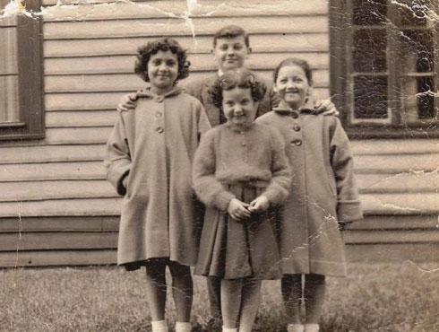 אירנה (במרכז) בילדותה. מימין: החברה שהצילה את חייה (צילום: אלבום פרטי)