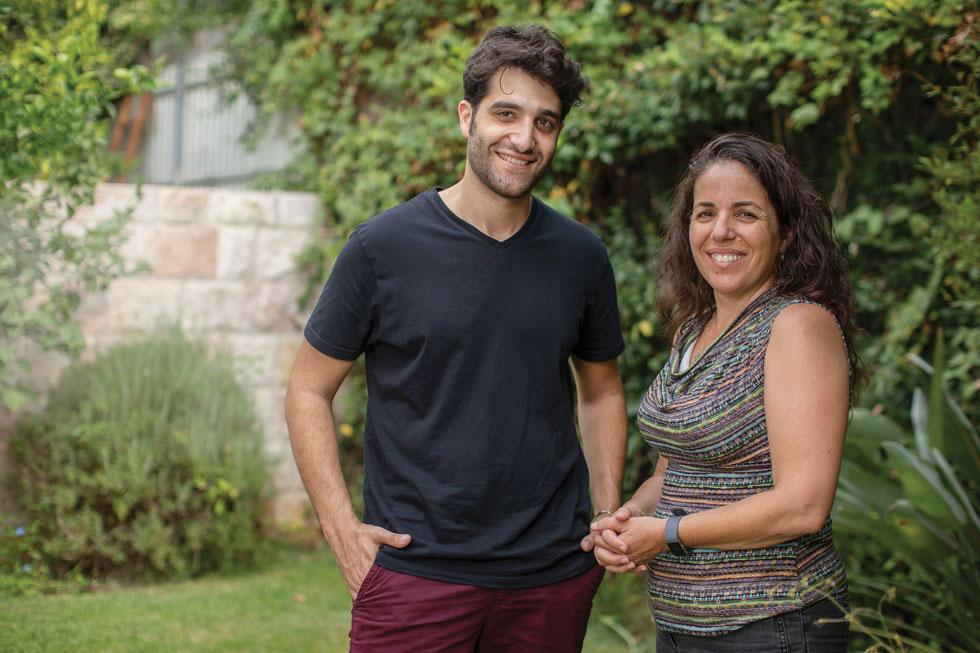 חיבור מיידי. צהלה משל, אמו של אביב משל, והמוזיקאי יואל שמש (צילום: אלי דסה)