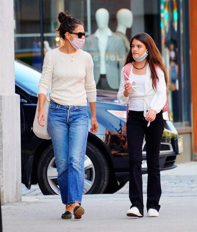 קייטי הולמס ובתה סורי קרוז (צילום: Splashnews)