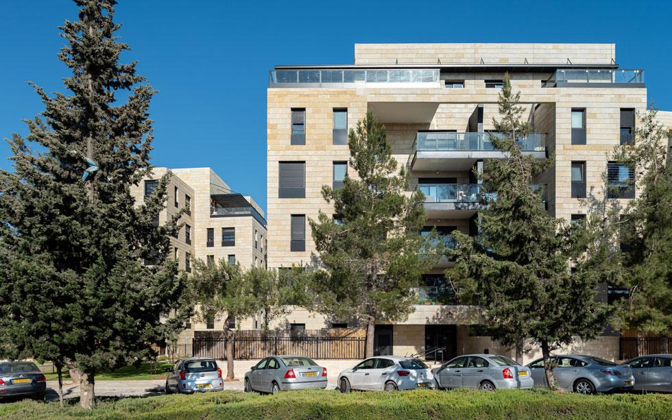 ללא חיפוי האבן הירושלמית, זהו בניין תל אביבי עכשווי (צילום: דניאל קסב)