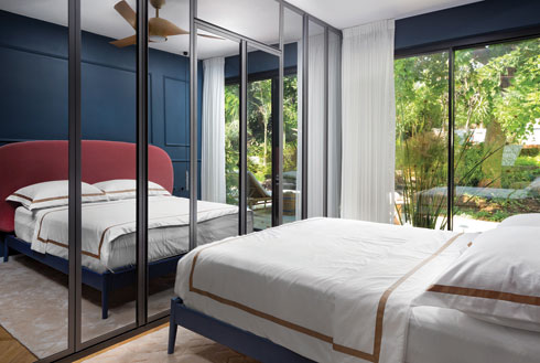 חדר השינה עוצב כאווירה ריזורטית במראה סופר אלגנטי  (צילום: שי אפשטיין)