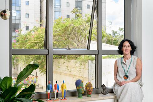 לצד הפסלים על אדן החלון, שאת חלקם יצר בעלה, הנוירולוג ד''ר ישראל מטות (צילום: יונתן בלום)