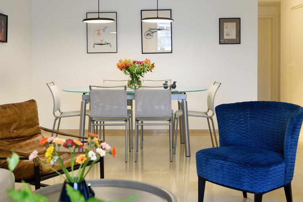 שולחן האוכל מספיק לעשרה, וכשיש יותר מוזמנים מעלים עוד שולחן מהמחסן. לפני הקורונה נהגה מטות לארח כאן קולגות מעולם הרפואה הבינלאומי (צילום: יונתן בלום)