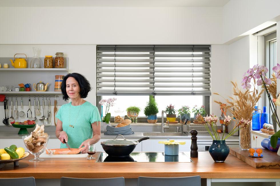 פרופ' עידית מטות במטבח דירתה. היא אוהבת לבשל ואוהבת לארח, וכל שישי מתחיל בשוק הכרמל, לקראת בישולי השבת (צילום: יונתן בלום)