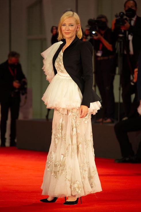 קייט בלאנשט בשמלה וז'קט של אלכסנדר מקווין (צילום: AP)