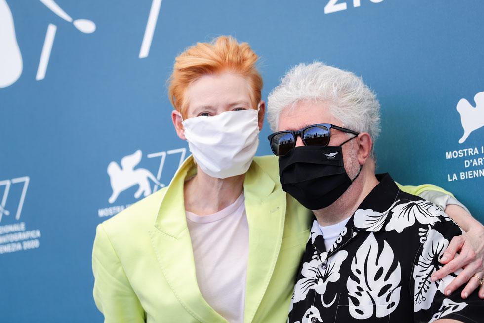 מחובקים עם מסכות. פדרו אלמודובר וטילדה סווינטון (צילום: Vittorio Zunino Celotto/GettyimagesIL)