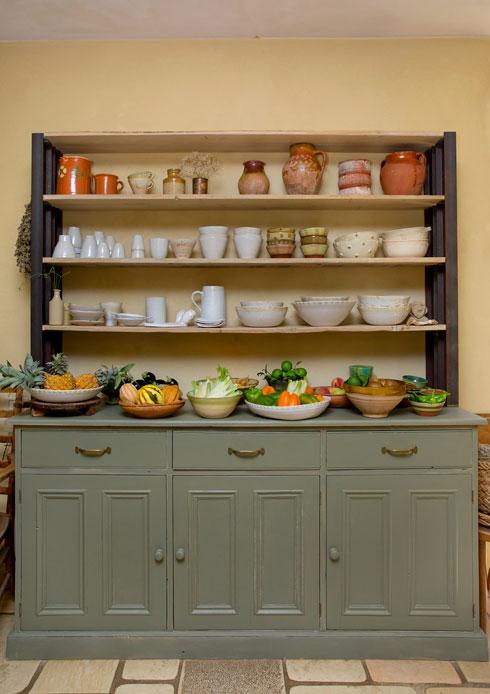 כלי קרמיקה שיצרה המעצבת במטבח (צילום: ענבל מרמרי)