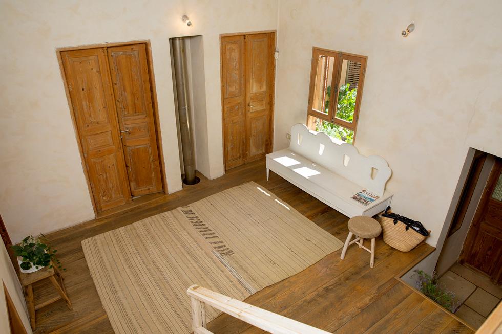 """""""הרבה מהחלקים והחפצים בבית הם מפירוקים. הבית נולד סביב דלתות שפירקנו מתוך בית מירושלים"""" (צילום: ענבל מרמרי)"""
