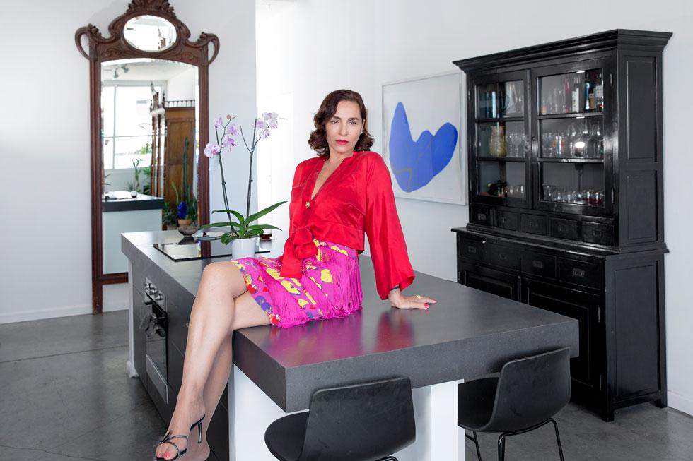 """""""האופנה שאני לובשת היא בעיקר וינטג' או שילוב עם וינטג'. גם כשאני לובשת חדש, השפה היא יותר רטרו. אני חושבת שזה מתחבר באופן ישיר לעיצוב הבית ולאוספי הארכיאולוגיה של יובל לצד החיבור לאובייקטים מודרניים – שפה שאני יותר מחוברת אליה"""" (צילום: ענבל מרמרי)"""