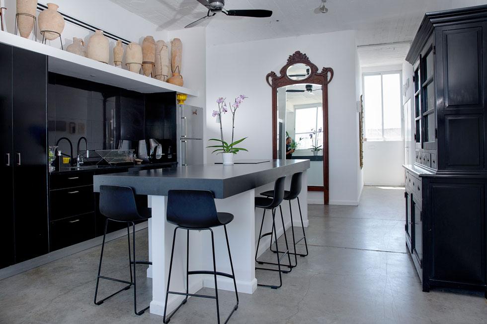 """""""יותר נוח לי בבית הזה מאשר בבית הקודם. אני אוהבת שהמטבח נקי, לדוגמה"""" (צילום: ענבל מרמרי)"""