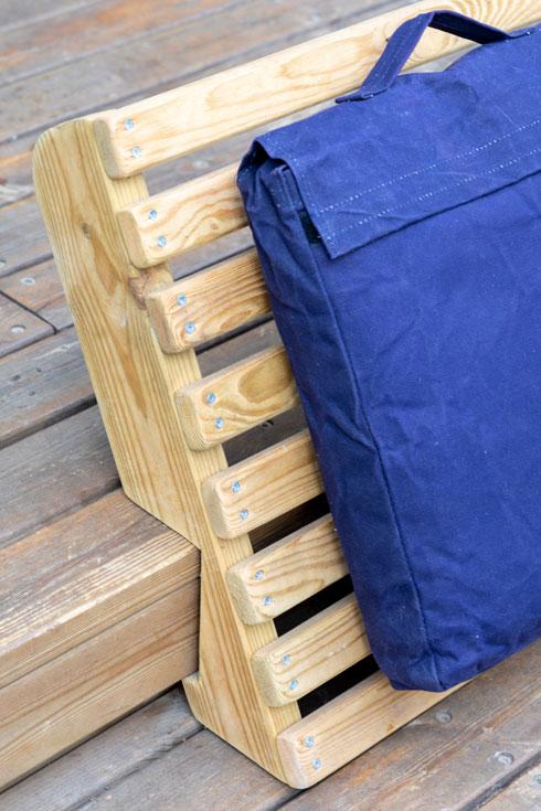 משענות גב פשוטות הופכות את מדרגות הדק לספסל נוח לישיבה (צילום: טל ניסים)