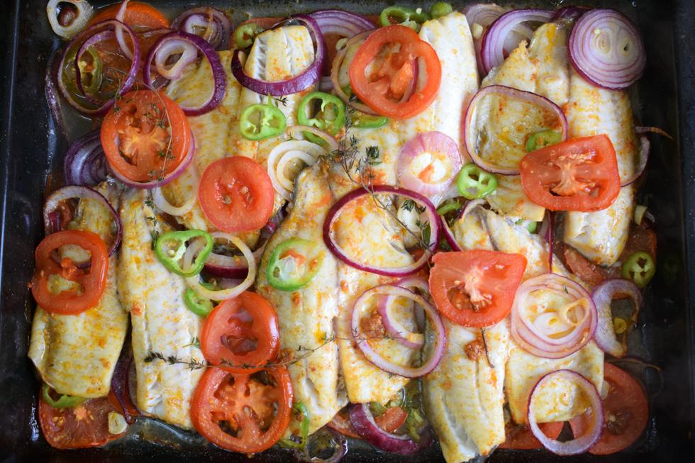 מנה צבעונית שכזו תעשה מצב רוח לכל אחד: פילה אמנון בתנור (צילום: מירי צדוק)