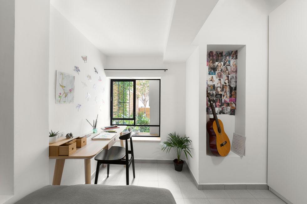 החלון הורחב בשיפוץ, כמו חלונות אחרים בבית. תוספת האור והאוויר הוסיפה לתחושת הרווחה (צילום: טל ניסים)