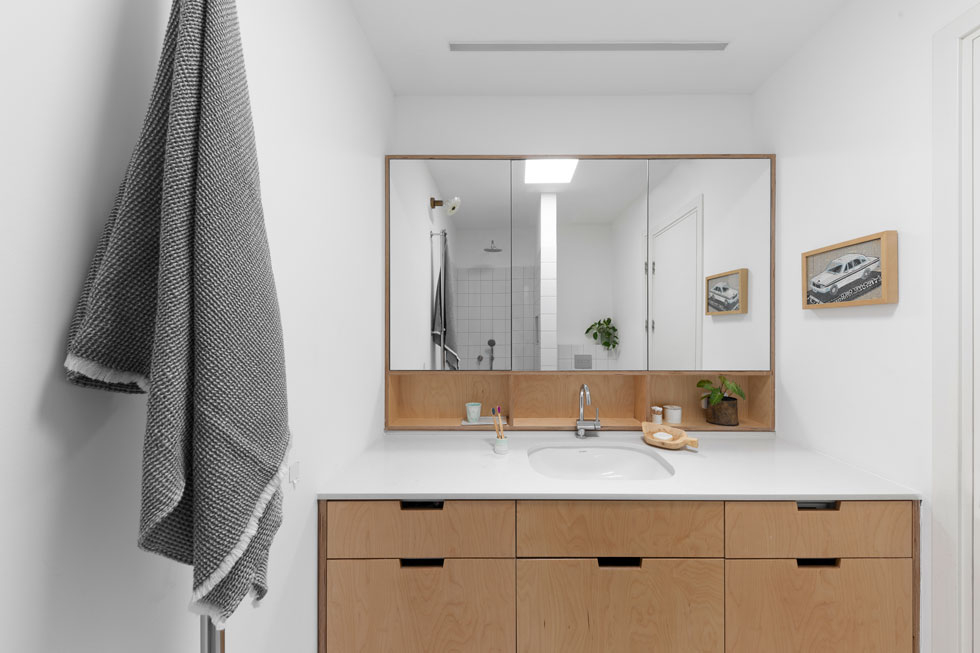 לדירה שני כיווני אוויר, וחדר הרחצה נמצא באמצע, נטול חלון. הדירה מעל קטנה יותר, ובהסכמת השכנים נפער בתקרה סקיי לייט (הסתכלו במראה) (צילום: טל ניסים)