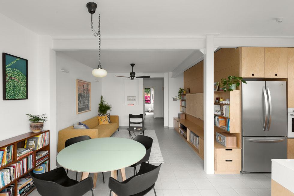קיר נגרות באורך של כעשרה מטרים מתפתל מהמטבח לאורך הסלון, ויוצר תחושה של זרימה ומרחב (צילום: טל ניסים)