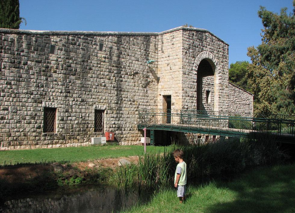 על מי הנחל. בניגוד למקובל ב-1955, קרקואר חיפה את המוזיאון באבן והעניק לו אופי של מצודה. אולי משום שקיבוץ דן היה בודד בסביבה עוינת, ואולי בגלל העבר הרחוק של המקום (צילום: מיכאל יעקובסון )