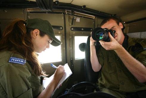 """הירשפלד ב""""במחנה"""". """"סיקרתי אירועים קשים בחזית ובשטח"""" (צילום: ניר אריאלי)"""