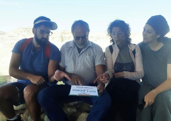 """זעירא (שנייה מימין) עם אביה ושני אחיה בטיול ניווט. """"אהבת ישראל ויישובה היו נר לרגליהם של הוריי"""" (צילום: אלבום פרטי)"""