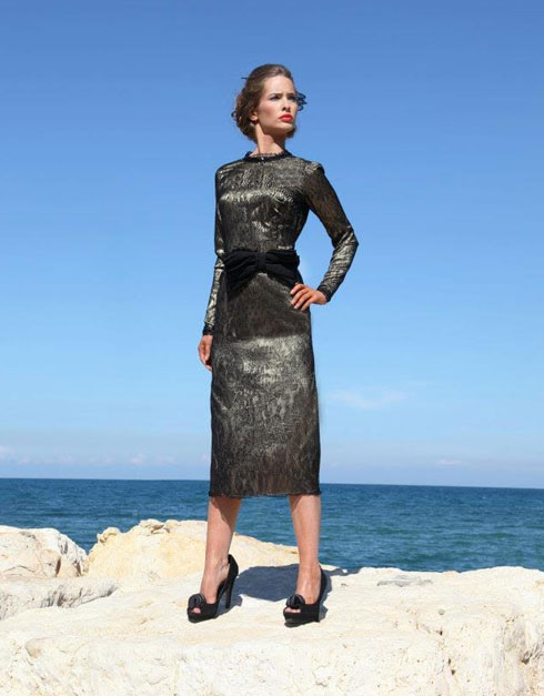 """""""מאז הרגשתי שיש לי שליחות בעולם הזה"""". השמלה של אשד, שבה היא מזהה את דמותו של רבי שניאור זלמן מלאדי (צילום: פזית גואטה)"""