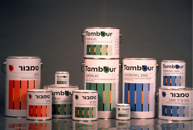 השיטה הצבעונית של ריזינגר על פחיות הצבע. הברקה בינלאומית (עיצוב: דן ריזינגר, צילום: רן ארדה)