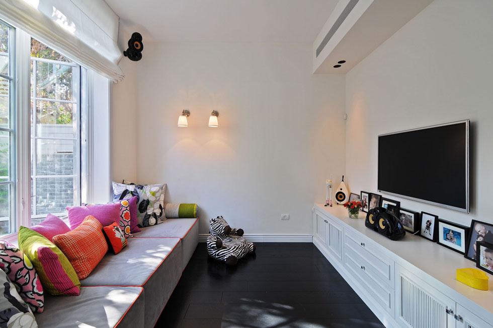 ריבועים גדולים של ספוג רופדו בבדים של ''דיזיינרס גילד'', בחדר נפרד שמשמש לצפייה. עיצוב: שרון ויזר ואלין שלם. לחצו לסיפור המלא על הבית (צילום: שי אדם)