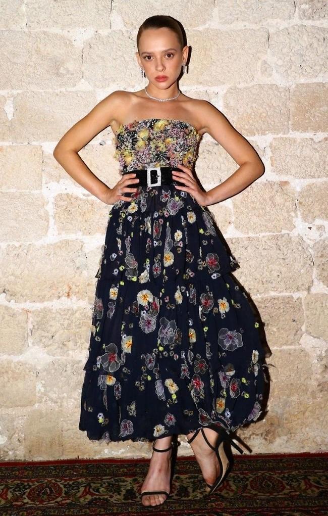 הנציגות הישראלית שירה האס לא מוותרת על שמלה של שאנל (צילום: יניב אדרי)